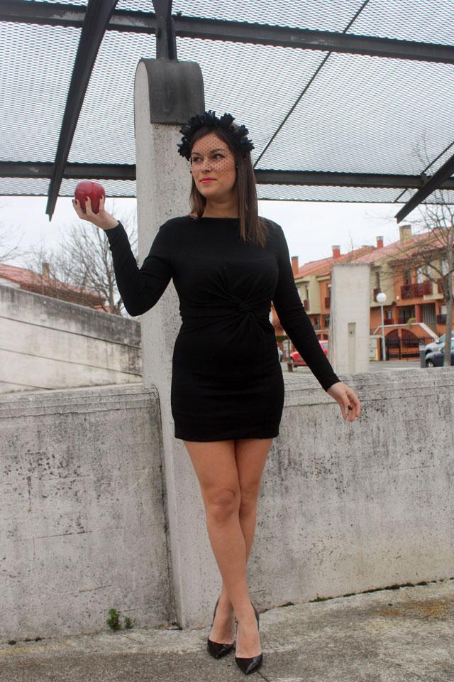Vestido negro y corona de flores