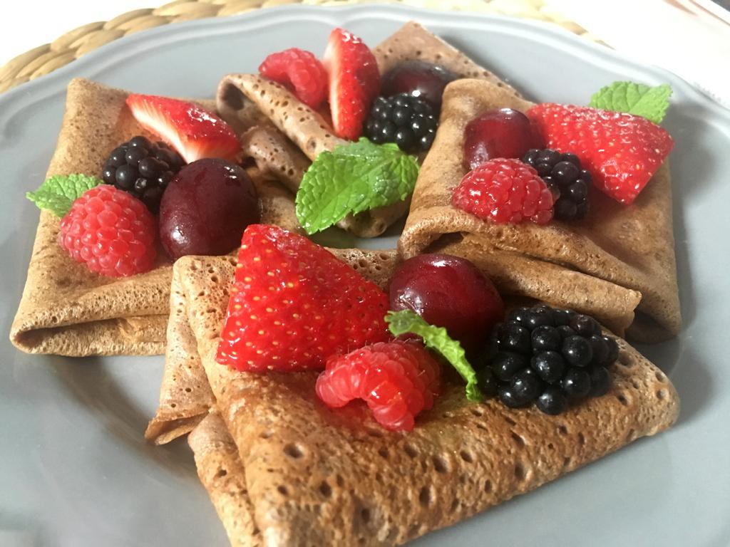 Receta crepes de chocolate con frutos rojos perlas y coco - Ingredientes para crepes ...