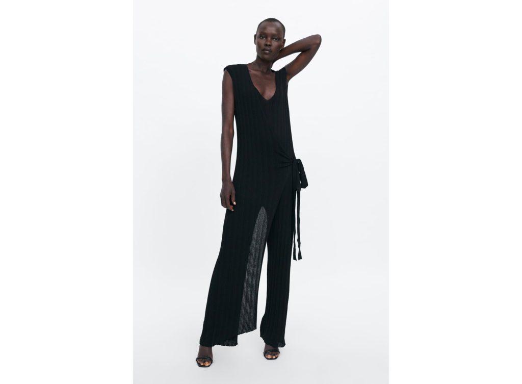 Mono 29,95€ - Mono negro con escote en V, el delantero cruza y ata en la cintura. Pantalón efeto campana y tejido tipo canalé.
