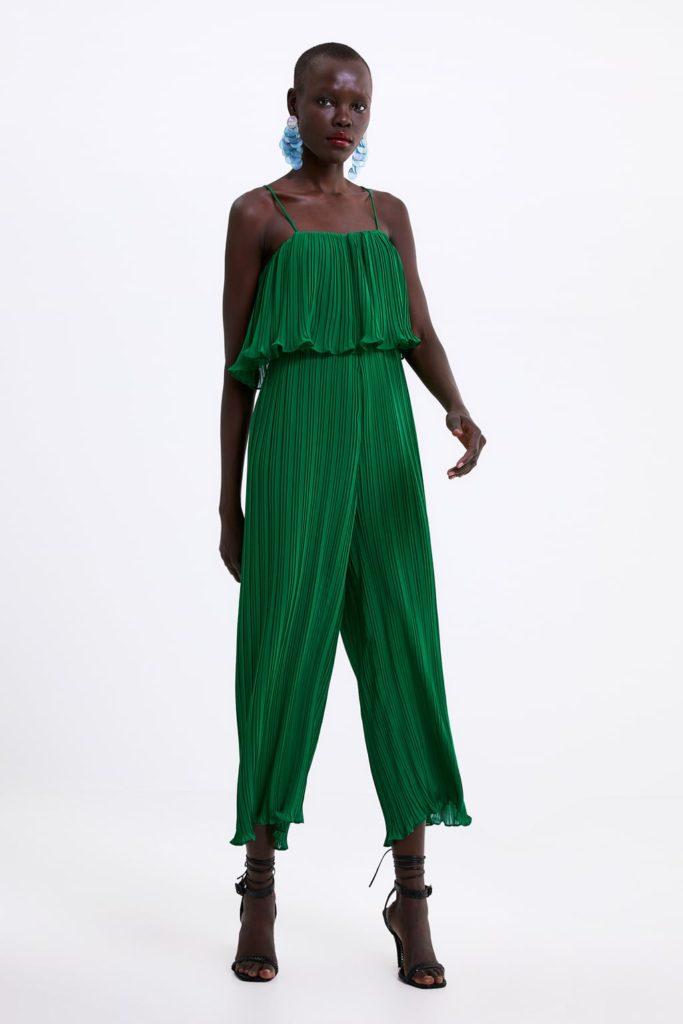 Zara 39,99€ - Mono verde plisado, escote recto con tirante fino. Pantalón estilo culotte.