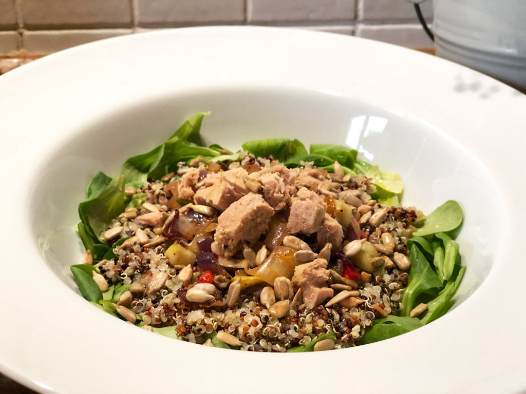 Ensalada de quinoa con verduras, atún y pipas.