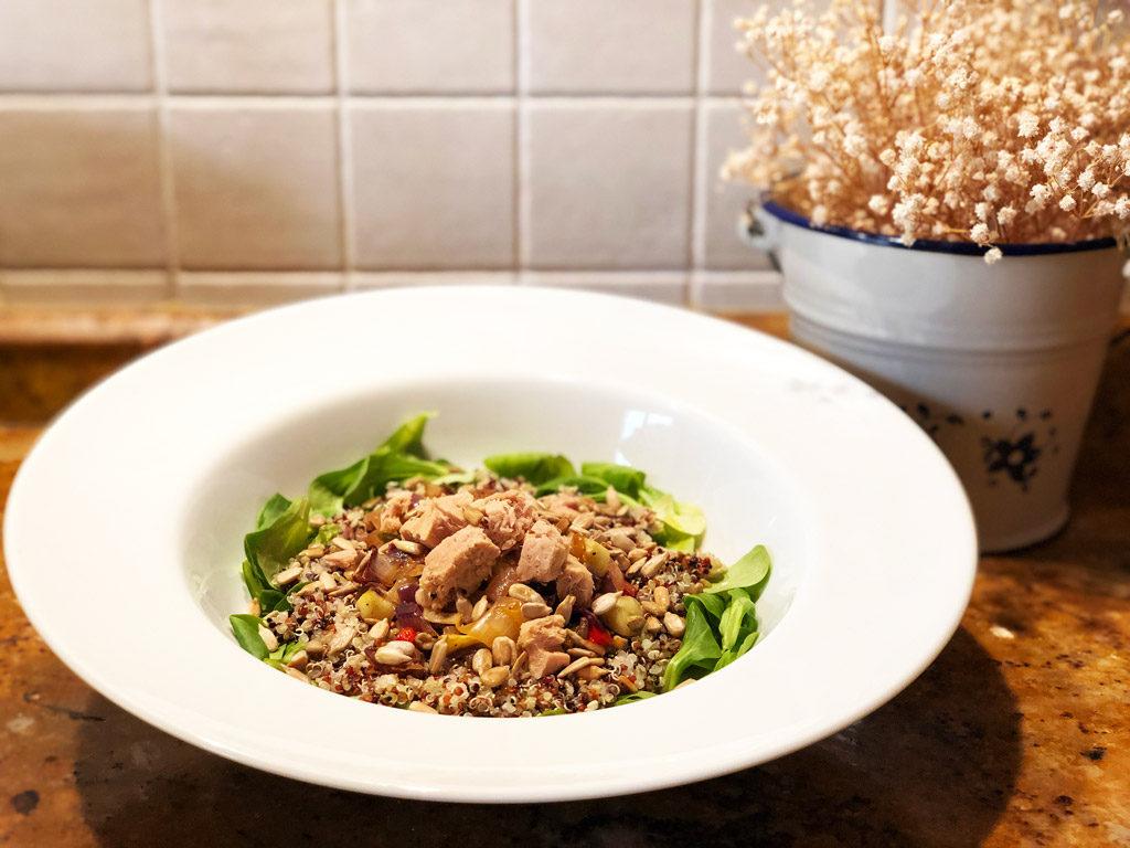 Receta ensalada de quinoa verduras at n y pipas for Como se cocina la quinoa para ensalada