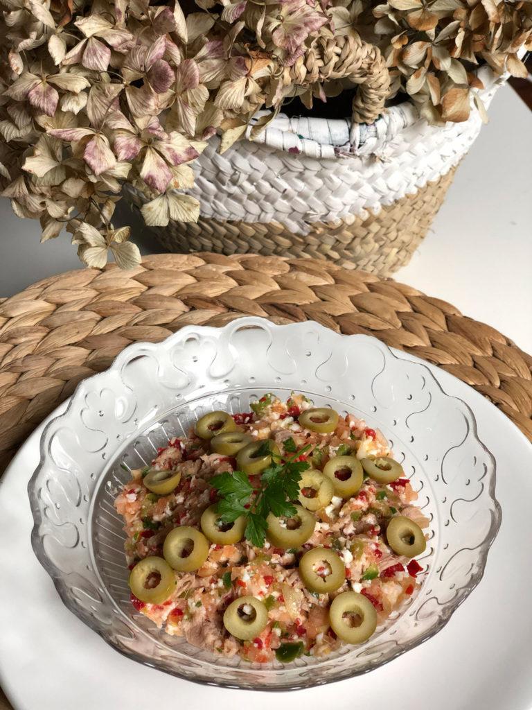 Bol de salpicón de atún, contiene pimiento verde, pimiento rojo, cebolla, huevo cocido y aceitunas.