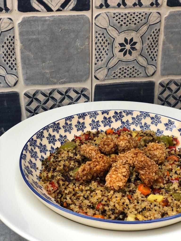 Ensalada templada de quinoa y pollo crujiente